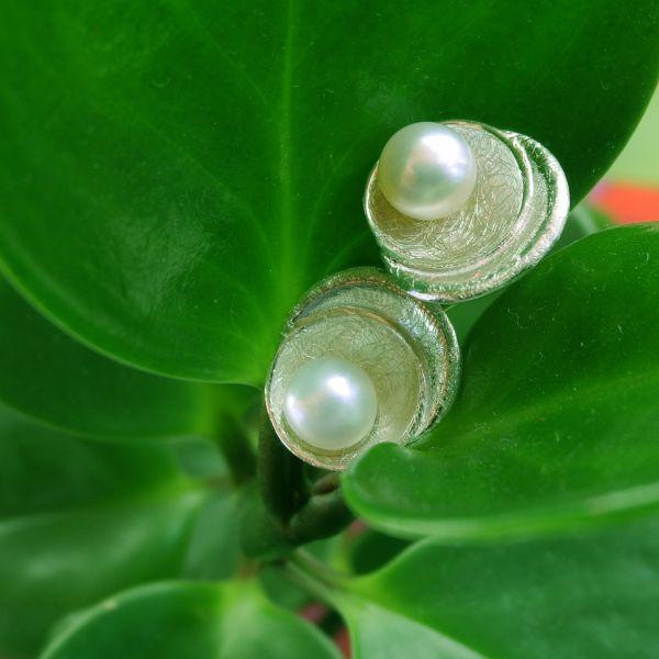 """Ohrstecker """"Muschel"""" in 925% Silber mit einer Süßwasserzuchtperle weiß"""